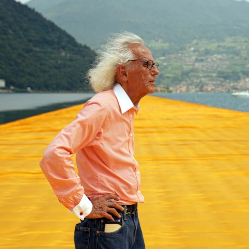 An image of the artist Christo in profile